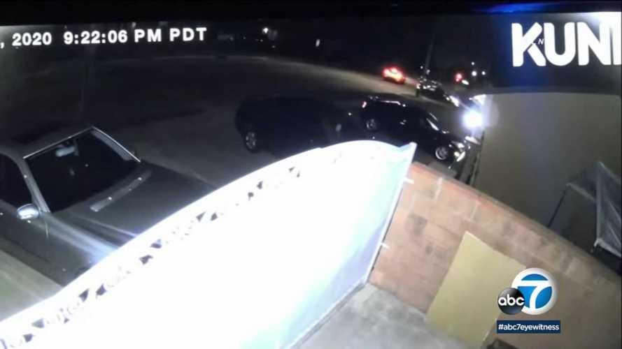Kontrollálatlanul csapódott egy Tesla Model 3 egy ház garázsába (videó)