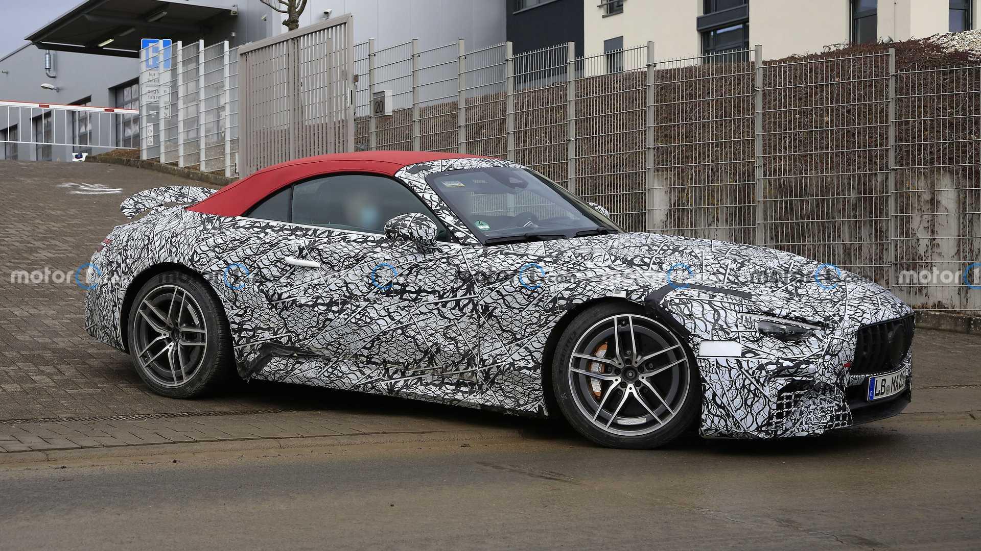 Mercedes SL 2022 года шпионит за великолепной рыжей с большим количеством макияжа