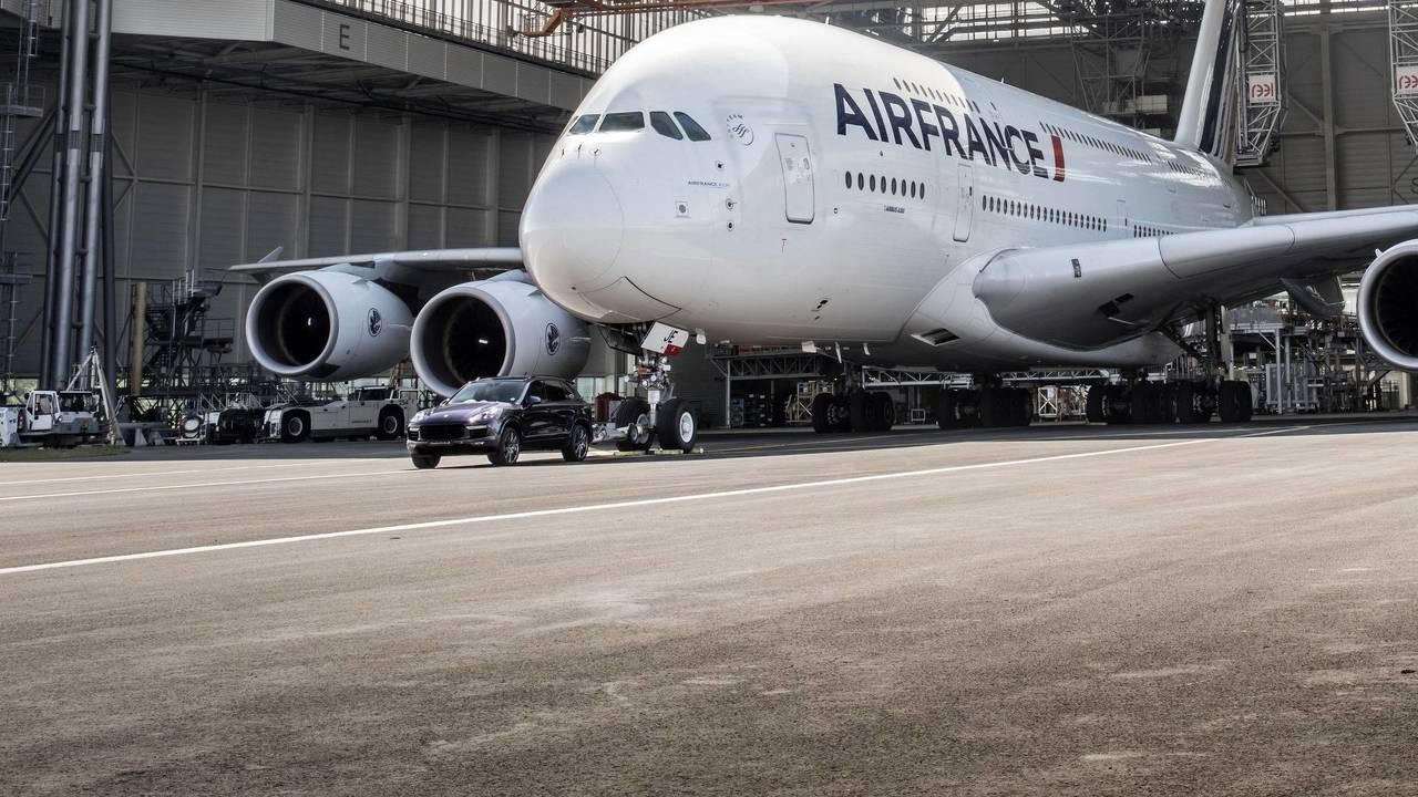 Un Porsche Cayenne remorque un Airbus A380