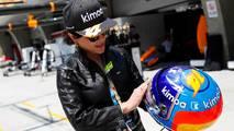 Actriz Carina Lau con el casco de Fernando Alonso, McLaren
