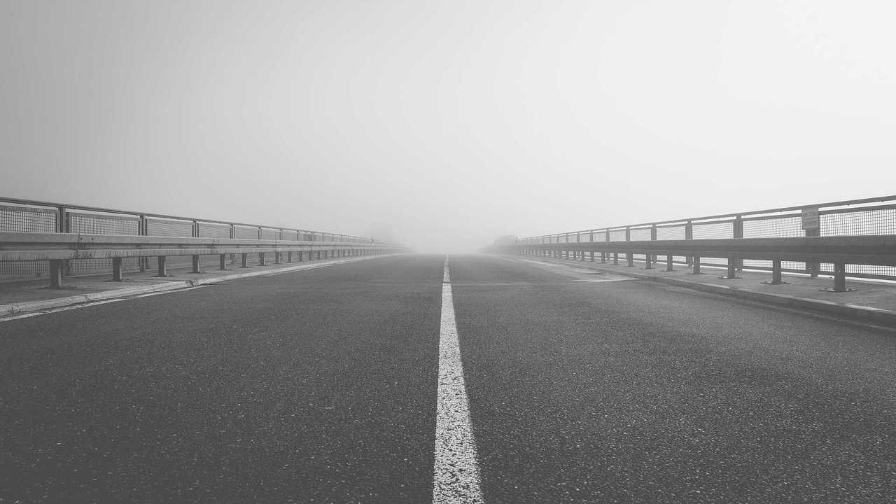 Strada con nebbia