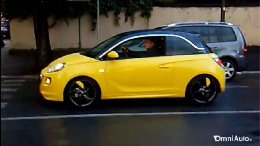L'Opel Adam sotto la pioggia di Roma