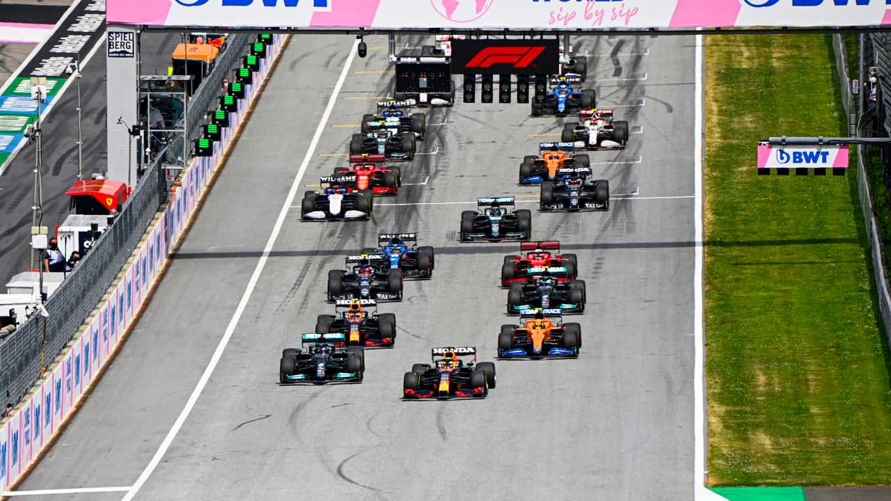Max Verstappen, Red Bull Racing RB16B, Lewis Hamilton, Mercedes W12, Lando Norris, McLaren MCL35M, Sergio Perez, Red Bull Racing RB16B, Valtteri Bottas, Mercedes W12, and the rest of the field at the start