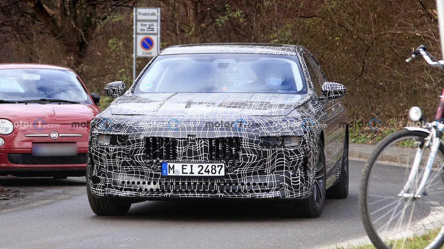 Новую BMW 7-й серии застукали с парой камер и 4-ствольным выпуском