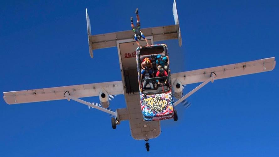 Quattro paracadutisti si lanciano con l'auto, che fa una brutta fine