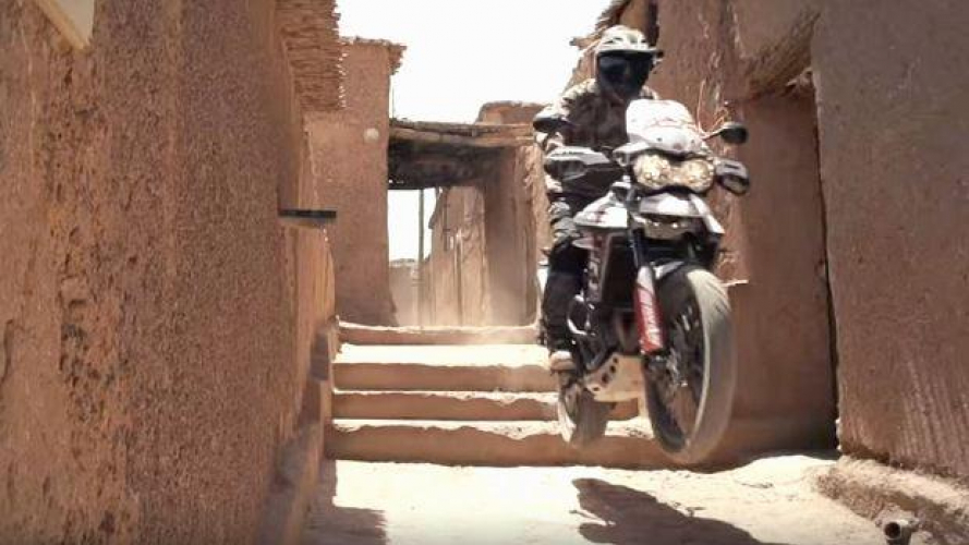 Julien Welsch scatena una Triumph Tiger 800 in Marocco [VIDEO]