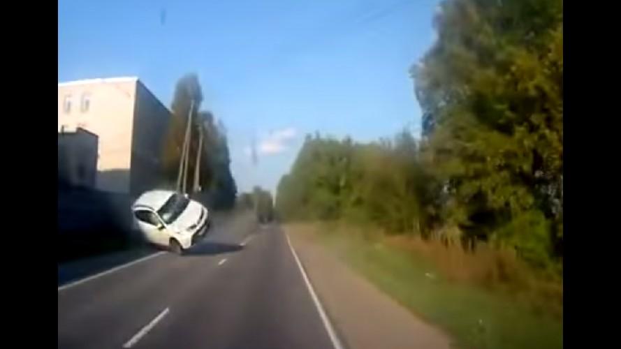 Vídeo: motorista escapa por pouco de RAV4 desgovernado na Rússia