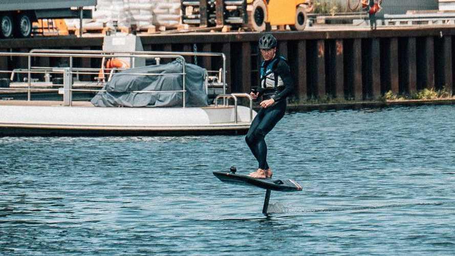 VW-Chef Diess wünscht schöne Ferien – vom Elektro-Surfbrett aus