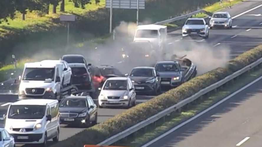 Megszólalt a sofőr, aki hatalmasat mentett az M1-esen történt baleset előtti pillanatban