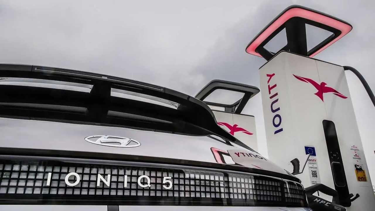 Una Hyundai Ioniq 5 si ricarica presso una colonnina Ionity
