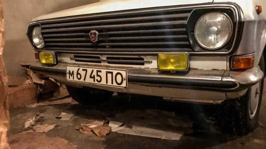 В украинском гараже нашли почти новую «Волгу» и 4 ящика водки