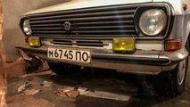 v ukrainskom garazhe nashli pochti novuyu volgu i 4 yashchika vodki