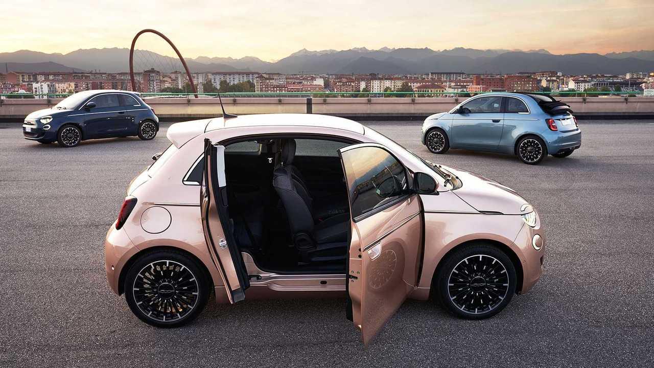 Fiat 500e 3+1 (2020) с распахнутыми дверьми