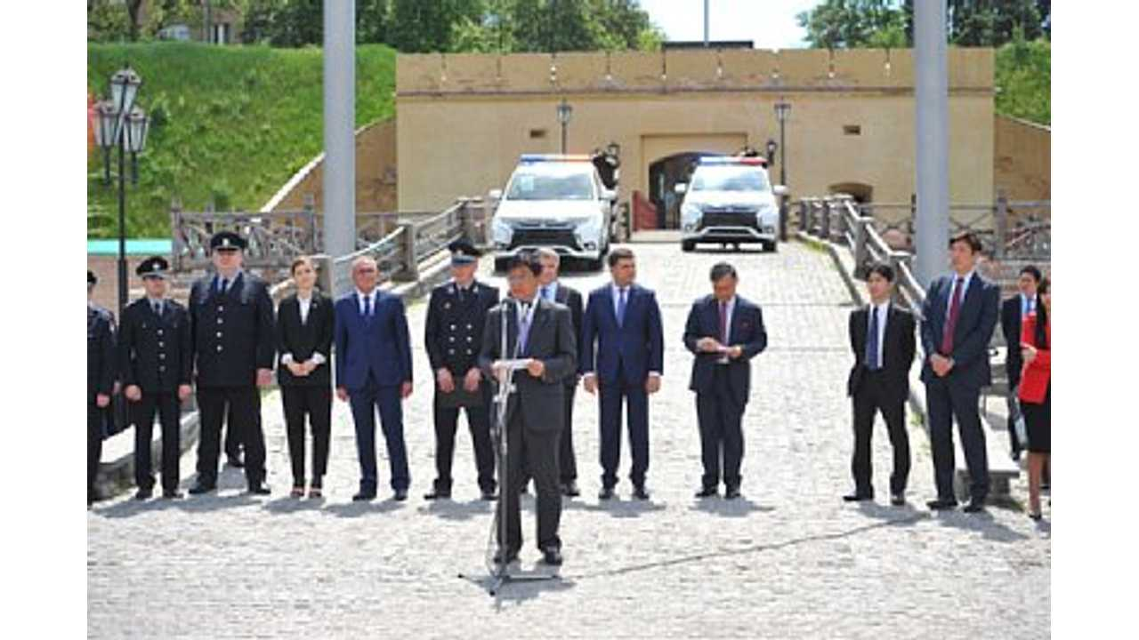 Mitsubishi Motors Delivers 635 Outlander PHEVs to Ukranian Police...Are there spectators in front of them? <em>Who knows.</em>