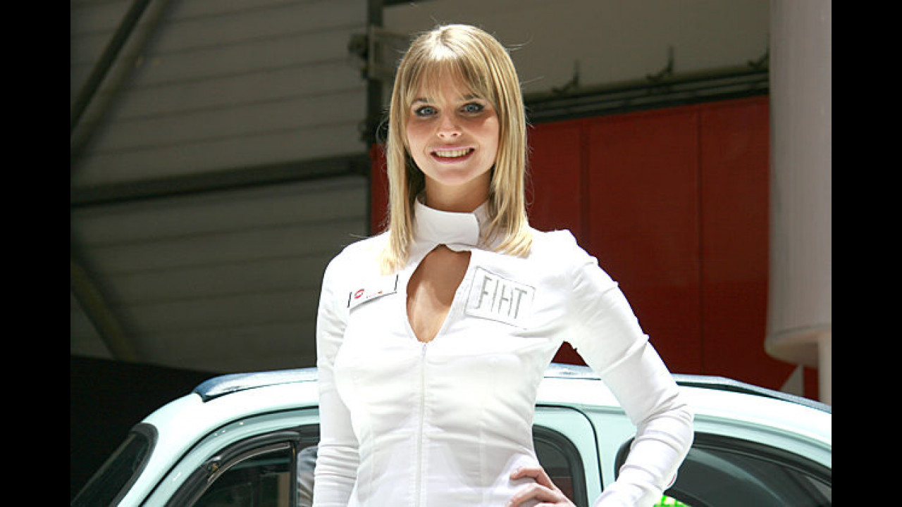 Motorjournalisten wissen es schon längst: Die charmantesten Damen gibt`s an den Ständen der italienischen Hersteller