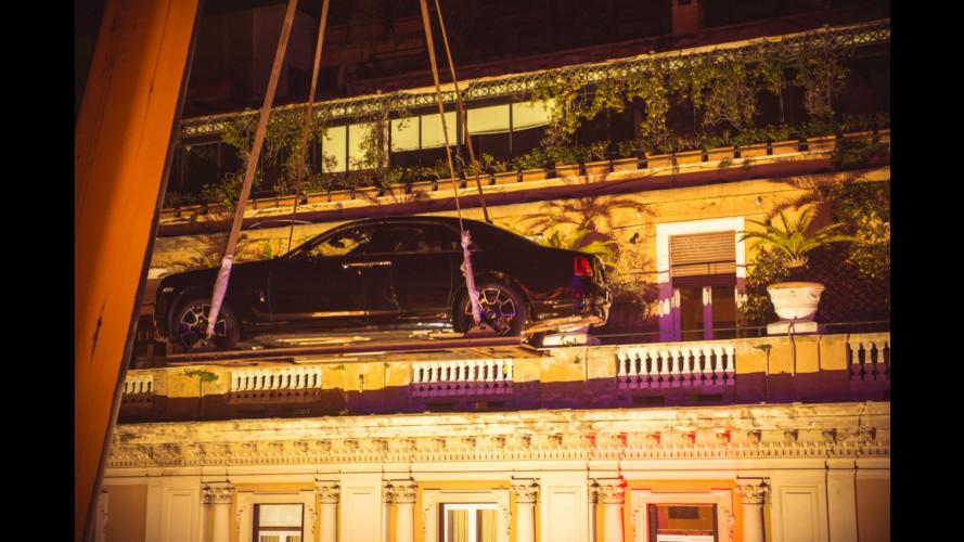 Due Rolls-Royce sui tetti di Roma con una gru