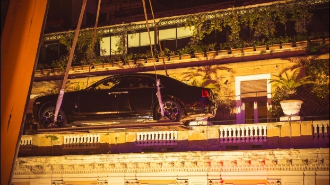 [Copertina] - Due Rolls-Royce sui tetti di Roma con una gru
