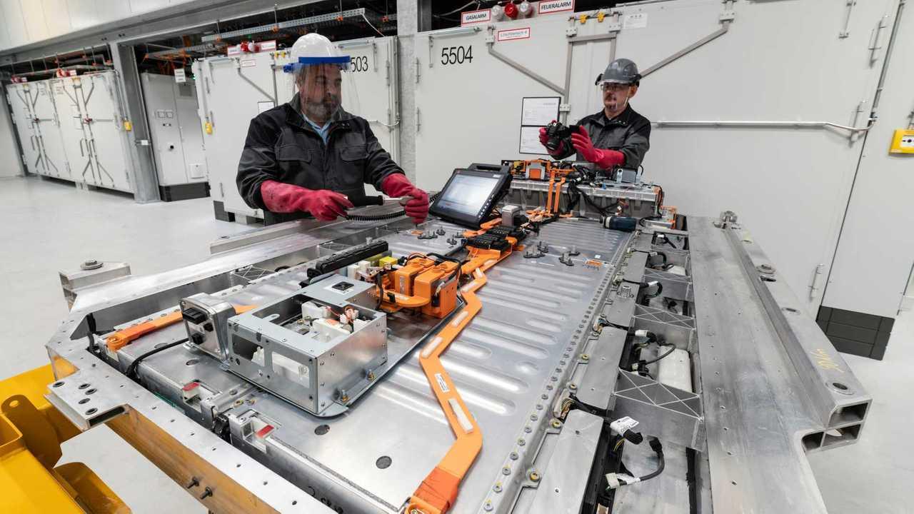 Daimler-Mitarbeiter bei der Aufarbeitung einer EQC-Batterie