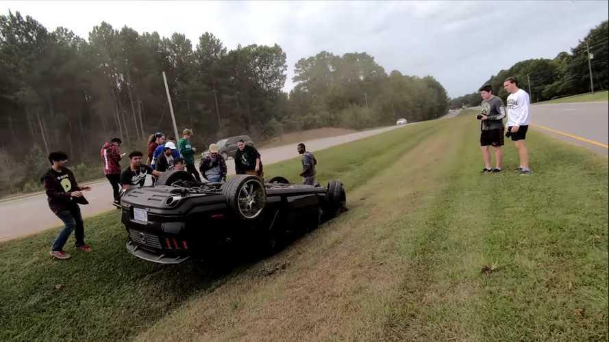 Videó: Stílusos kilépőt akart, az árokban kötött ki a Mustanggal