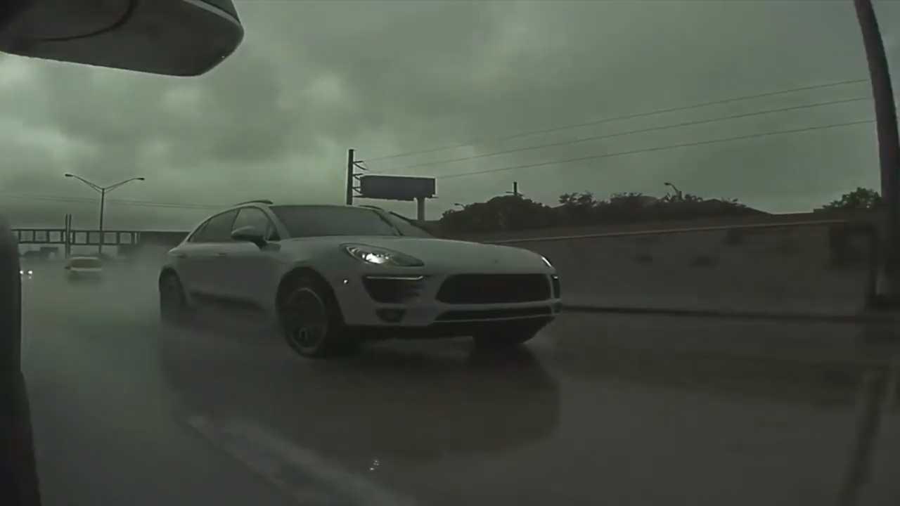TeslaCam показывает вам аквапланирование и удар стены Porsche Macan