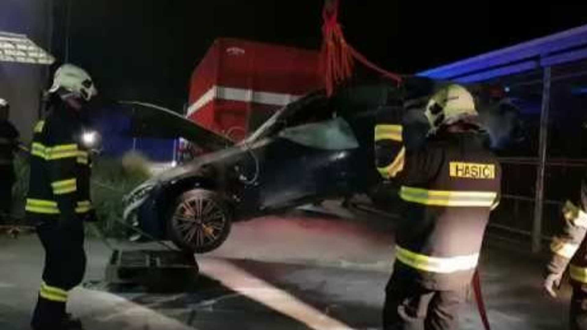 2020 BMW 330e PHEV catches fire while charging in Czech Republic