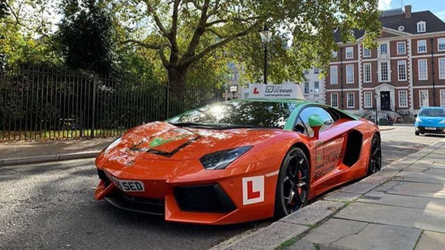 Une Lamborghini Aventador transformée en voiture d'auto-école !