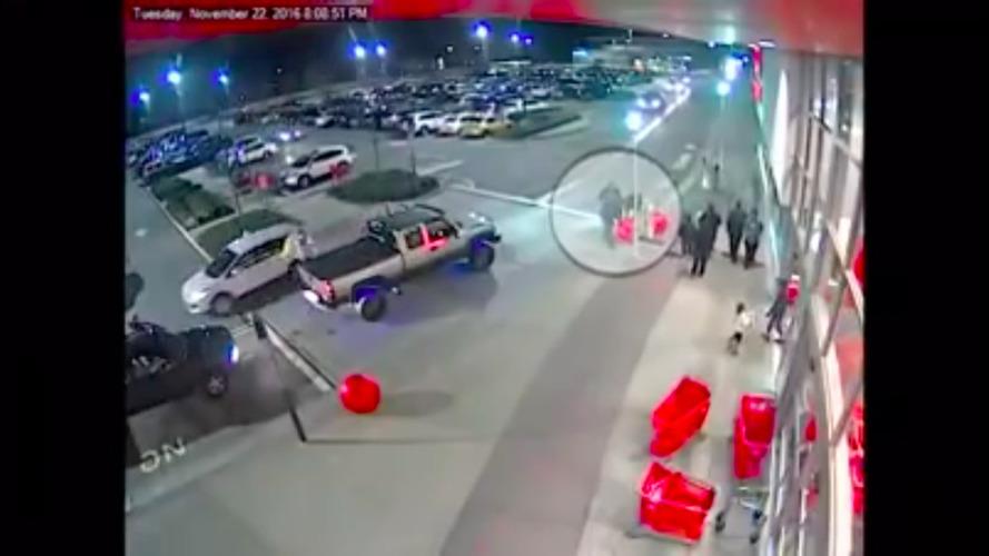 Bola de concreto rola solta e faz estrago em estacionamento