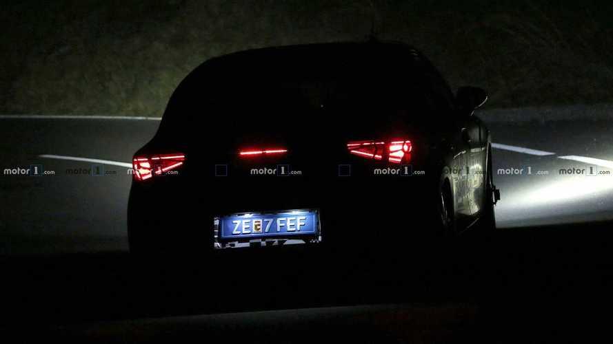 La future SEAT Leon se promène dans le noir absolu