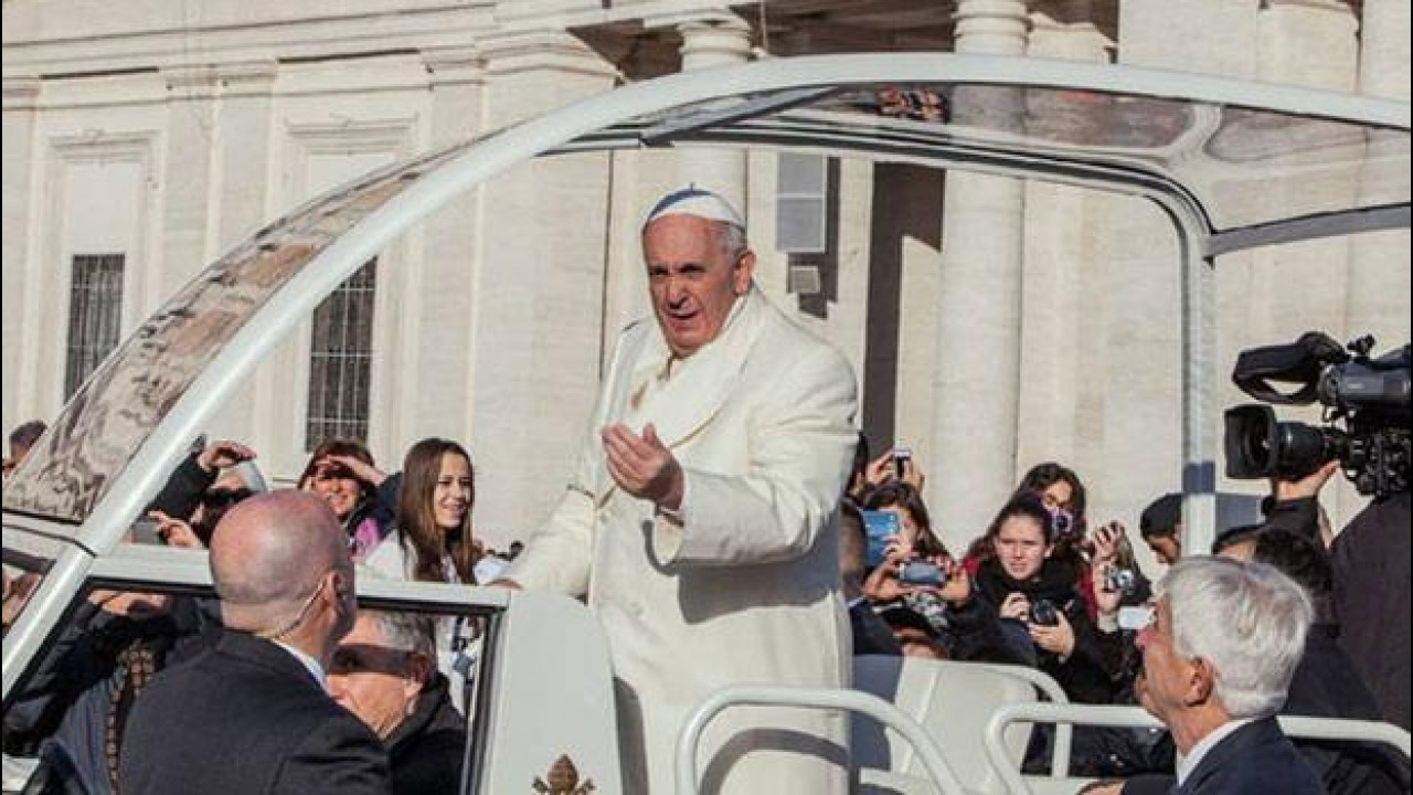 [Copertina] - Papa Francesco dice no all'auto blindata e alla papamobile
