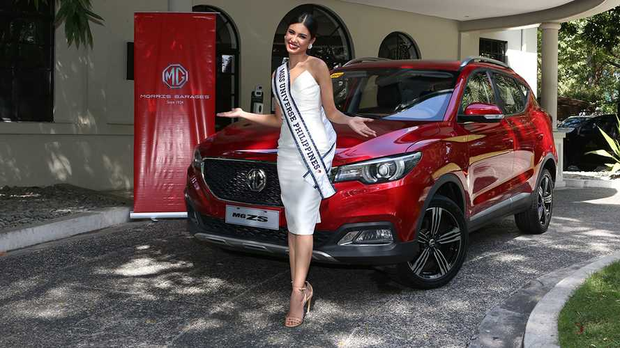 Miss Universe 2020 Tetap Cantik meski Turun dari SUV Buatan Cina