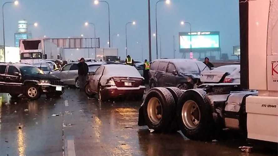 Maxi tamponamento a catena, a Chicago 60 auto sotto la neve