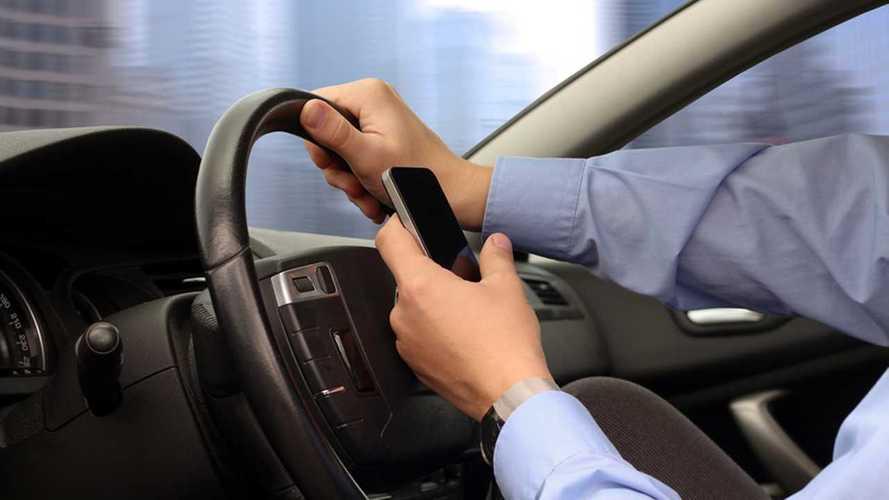 """Smartphone alla guida: anche a Roma più controlli con """"i falchi"""""""