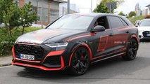 Audi RS Q8 erstmals komplett ungetarnt mit wilden roten Details