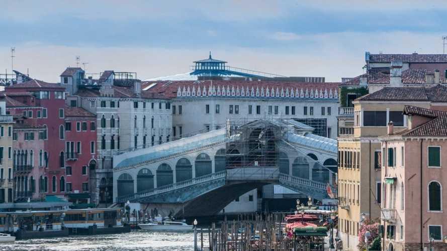 Auto elettriche a Venezia, accesso ZTL, strisce blu e altre agevolazioni