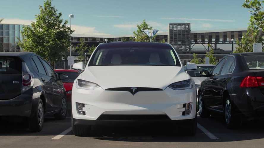 Tesla, un po' di problemi con il parcheggio autonomo