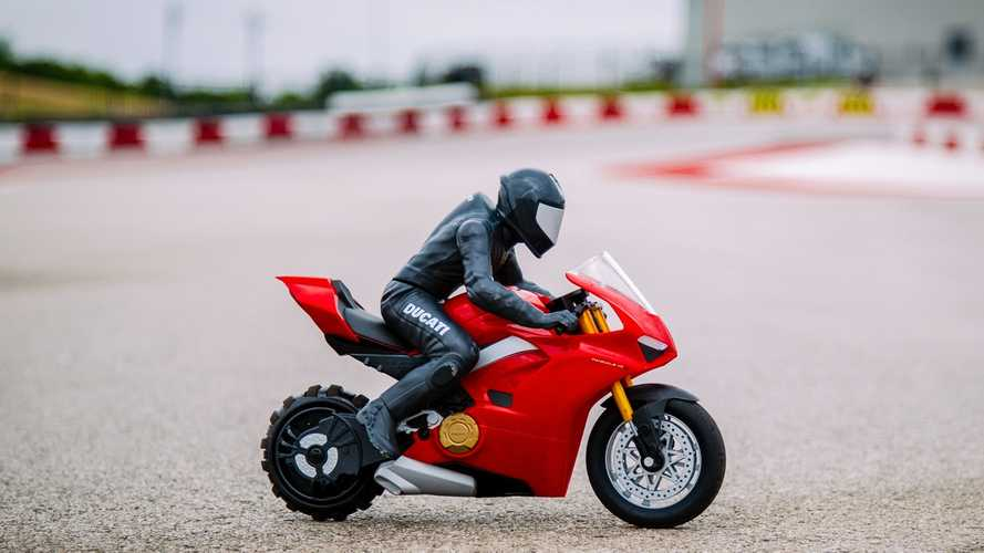 "Upriser Ducati Panigale V4 S RC : acrobazie a ""radiocomando"""