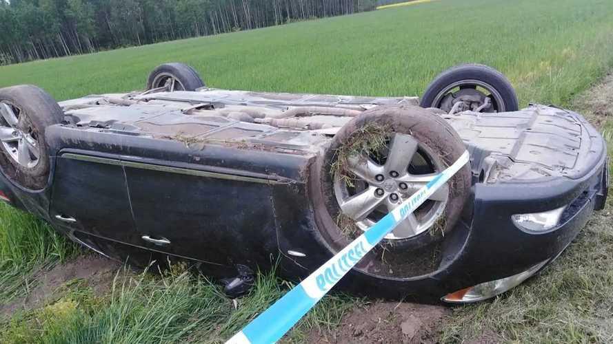 260 km/órás tempónál borult a Lexus, miközben vezetője végig filmezte magát