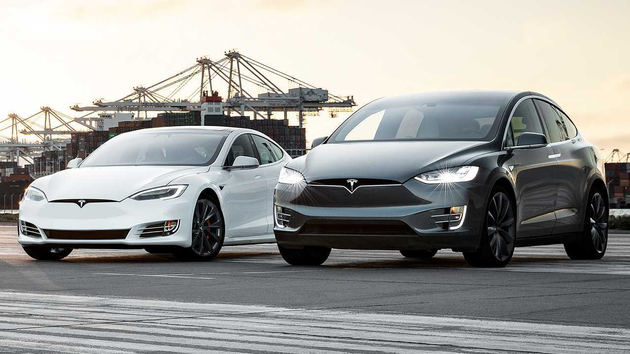 Tesla Model S und Model X nebeneinander
