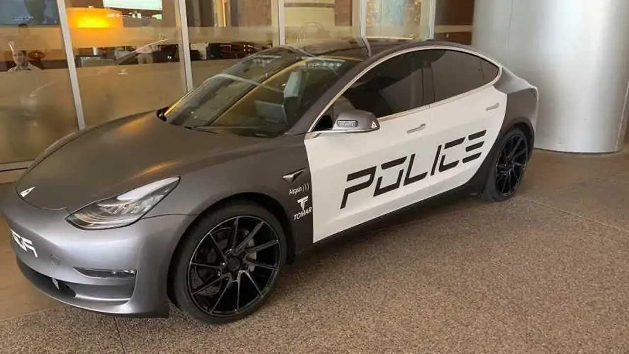 Tesla Model 3 rendőrautó