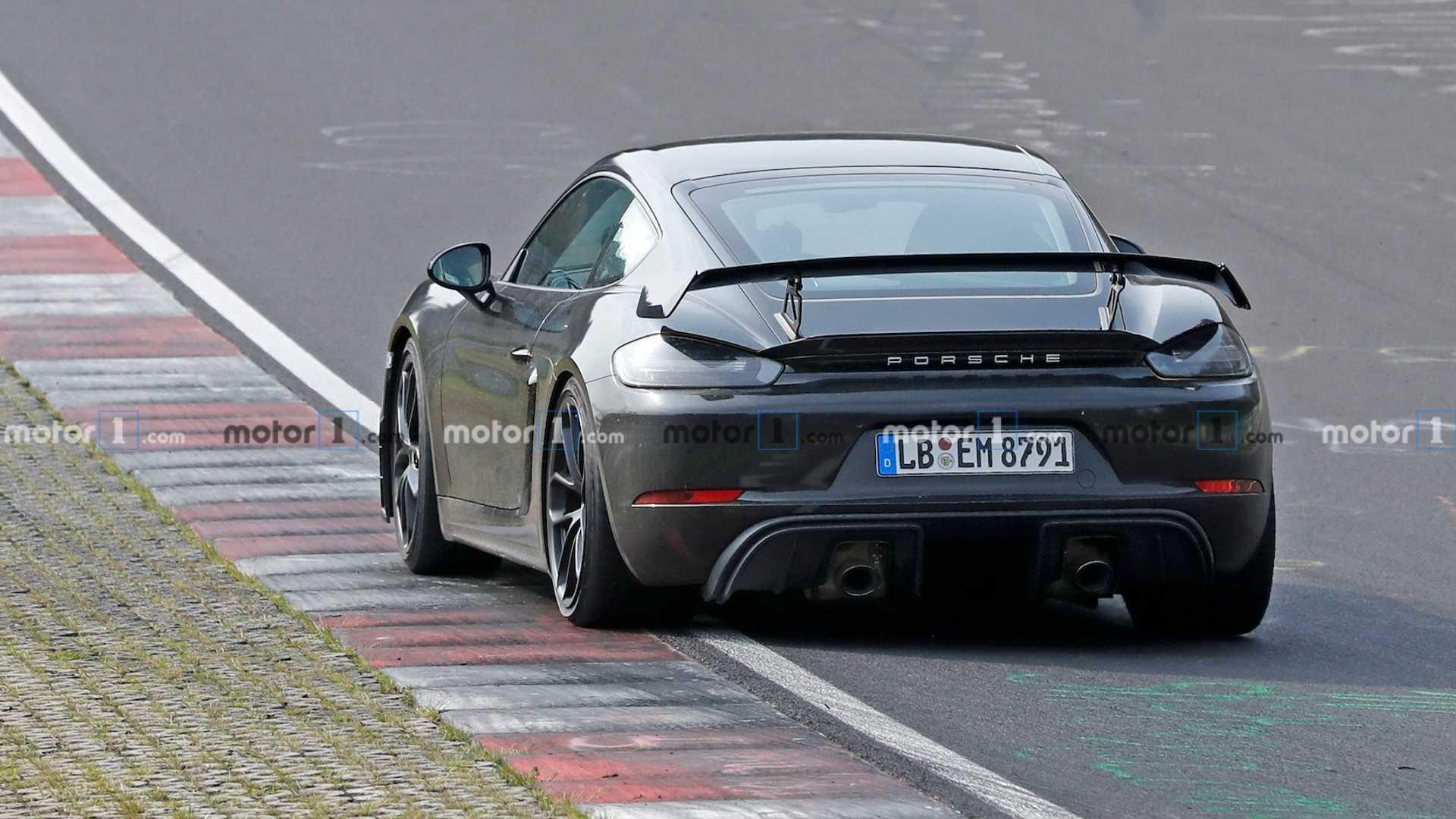 Новый Porsche Cayman GT4 попался фотошпионам почти без камуфляжа
