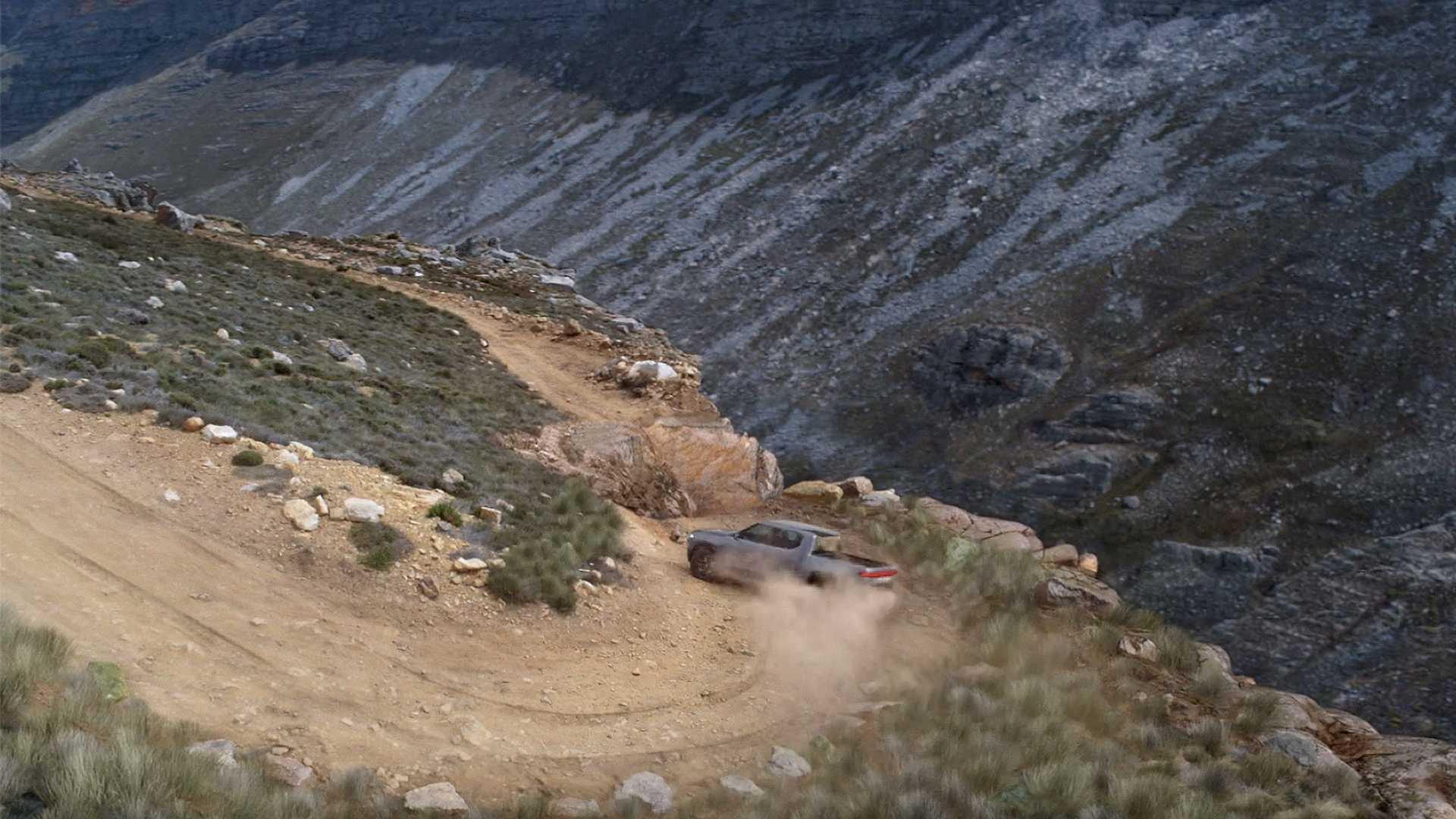 Watch Rivian R1T Pickup Truck Perform Tank-Like Zero-Radius Turn
