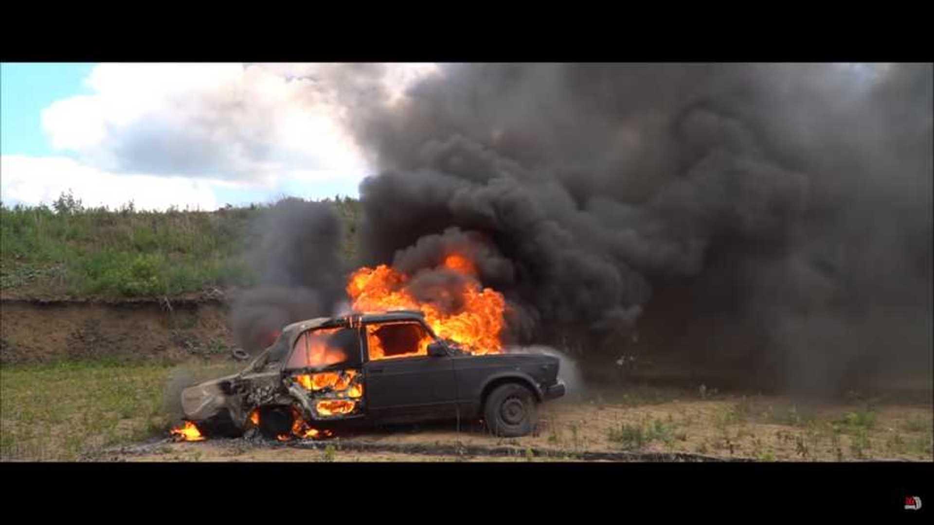 Youtuber Rusia Ini Ingin Buktikan Teori Ledakan Mobil dalam Film