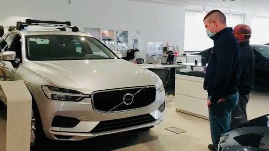 Fase 2, un'esilarante simulazione di distanziamento in concessionaria auto