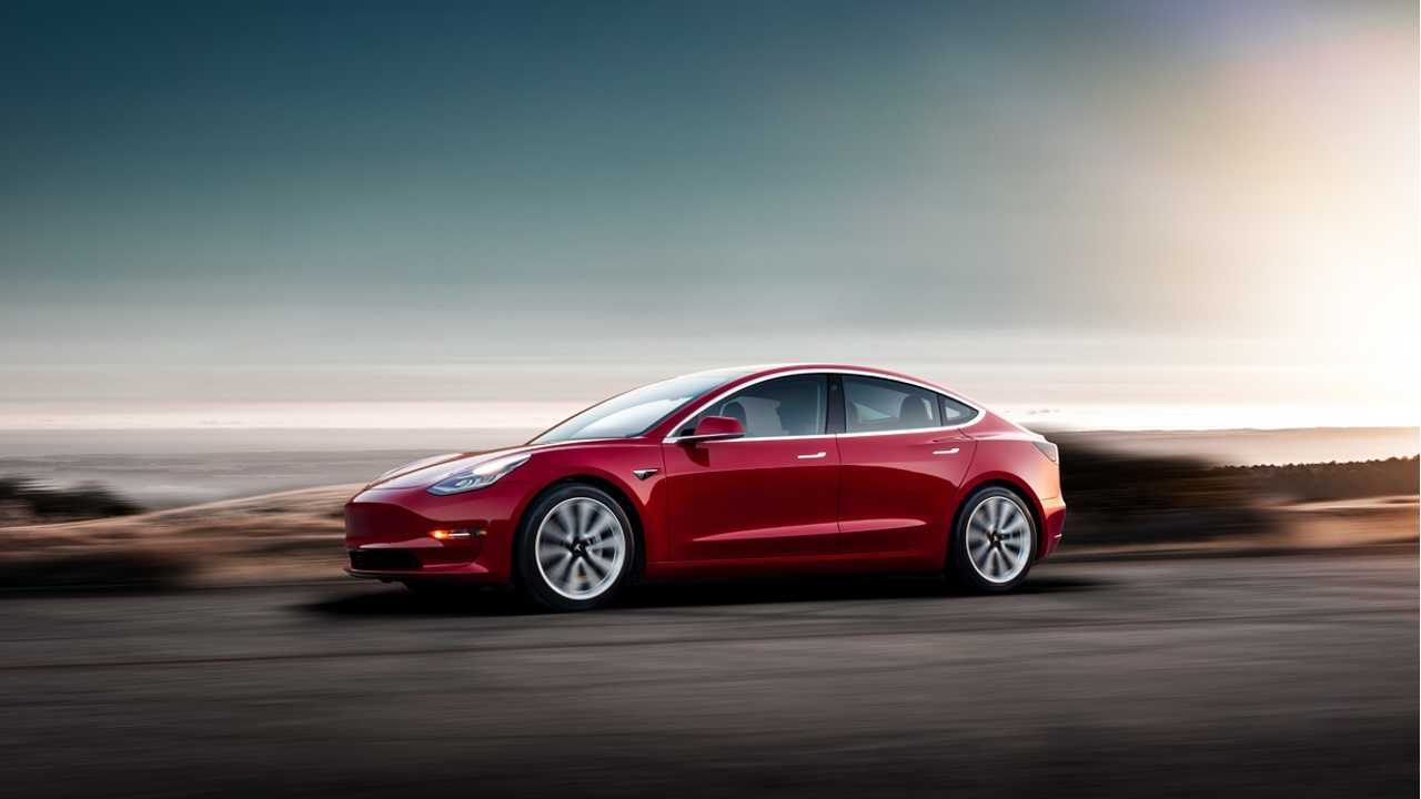 Tesla Model 3 fährt rot