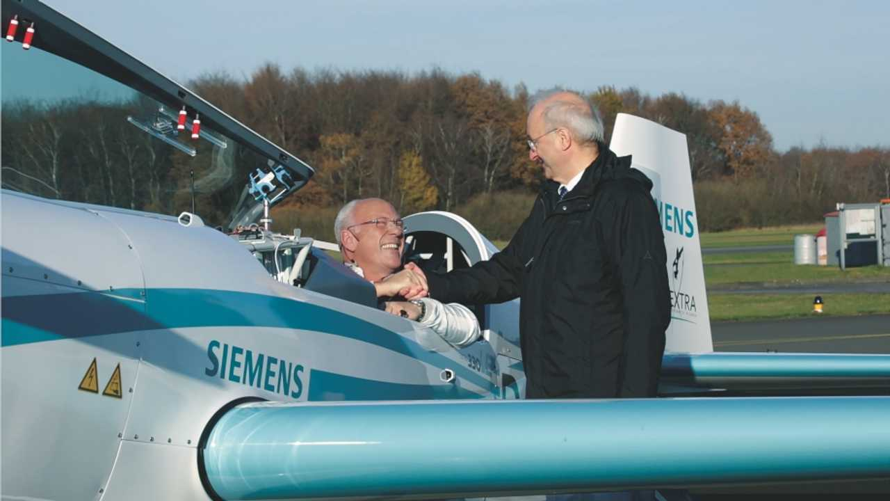 Frank Anton (right), who heads eAircraft within the next47 startup unit, congratulates pilot Walter Extra, who broke the world record in ascent on November 25, 2016.