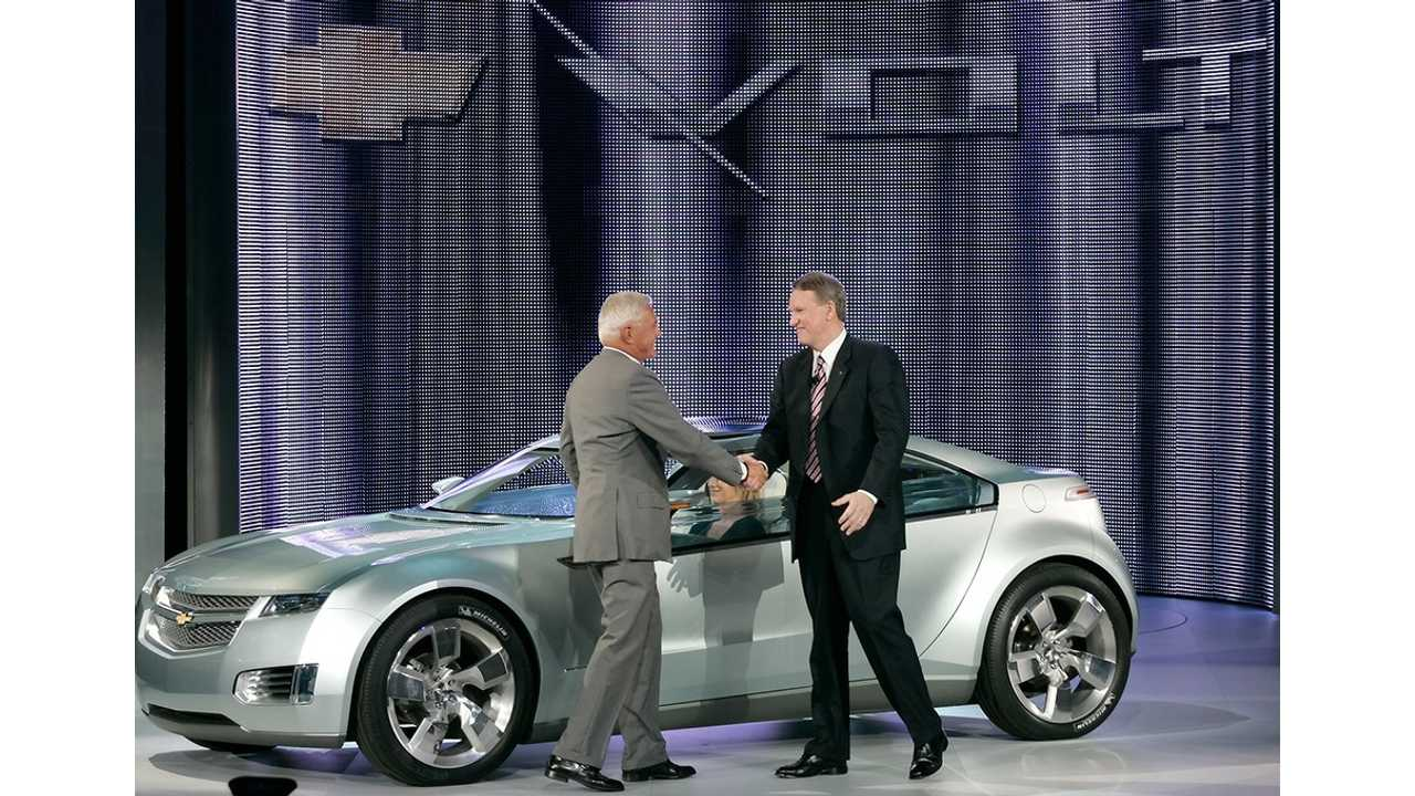 Bob Lutz And Rick Wagoner Shake Over The Concept Chevy Volt At The 2007 NAIAS In Detroit