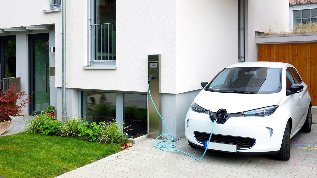[Copertina] - Energie rinnovabili e auto elettrica, le opportunità per l'Italia