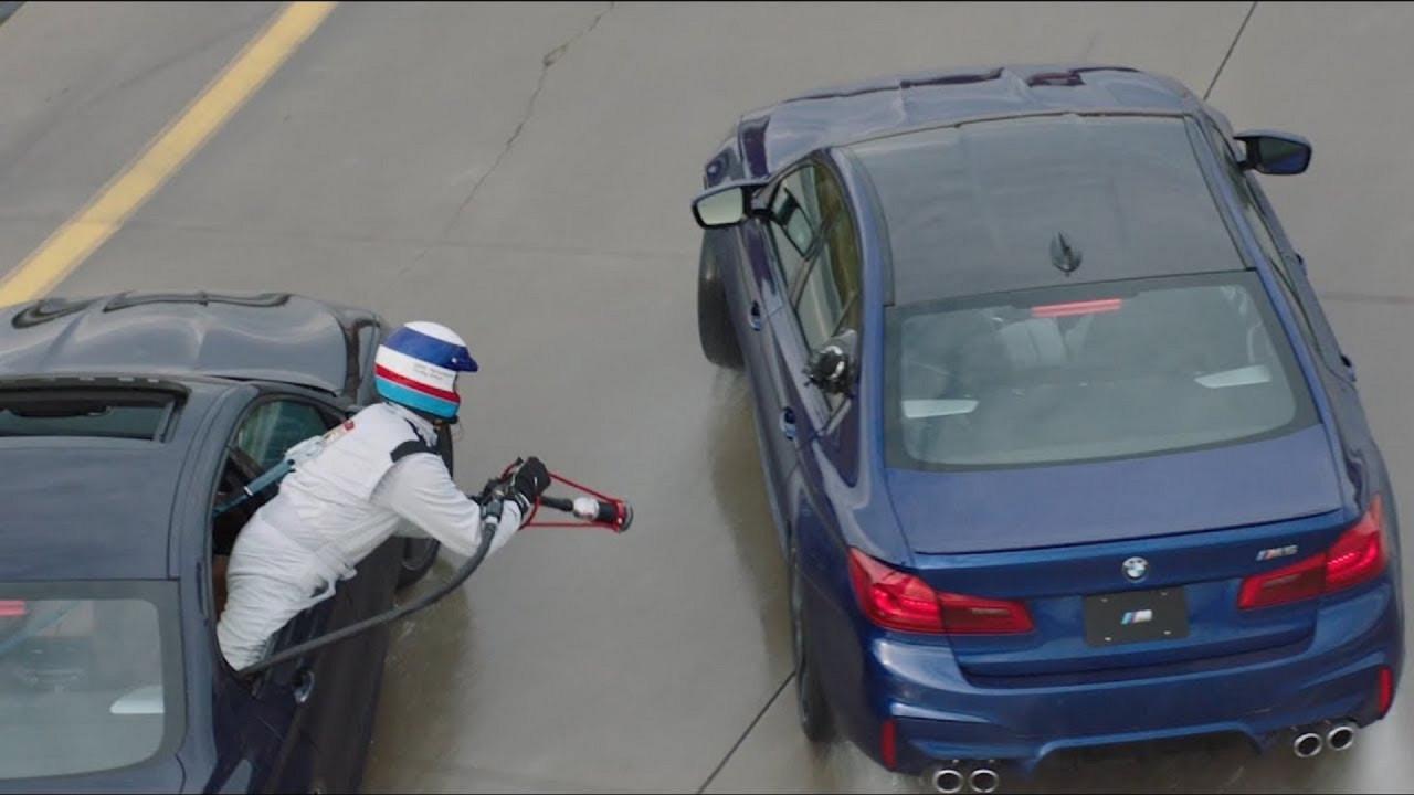 [Copertina] - BMW prepara il rifornimento in drifting