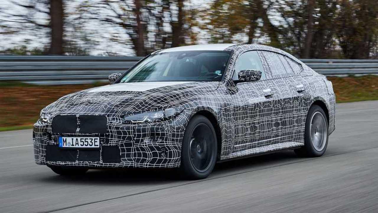 BMW i4 prototipine ait resmi casus fotoğraflar.