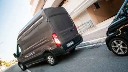 Parcheggi senza tocchi con telecamera e sensori